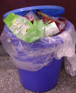 下午教室里满出来的垃圾桶