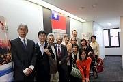謝院長(左四)、蘇啟誠處長(左五)及人社院訪問團於台北駐日本經濟文化代表處那霸分處合影留念